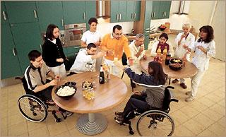 Il piano di lavoro senza le basi, consente una maggiore fruibilità della cucina anche da parte di persone in carrozzina.